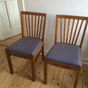 Fem spisebordsstole sælges billigt! Stolene er lakerede (ukendt træsort) med polstrede og stofbetrukne sæder. De er købt i genbrug og er derfor brugte. Prisen er for alle fem stole - men kom gerne med dit eget bud.