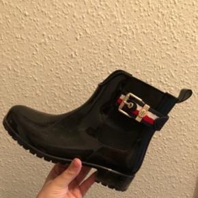 Tommy Hilfiger gummistøvler sælges udelukkende fordi de er for små. Sort i str 36. Byttes evt til større str. Kan sendes🌸