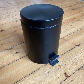 Skraldespand fra IKEA. Har fået lidt skrammer og buler men fungere ellers fint - sælges billigt.