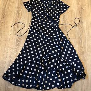 Navy blå slå om kjole men hvide prikker fra Neo Noir