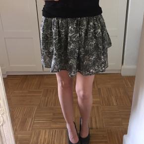 Ganni nederdel. Style: irina georgette. Pæn i standen. Det er str. L, men syntes den svarre til str. M. Længde: 40cm. Talje: 39x2cm. + stræk.