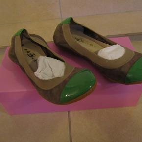Sælger følgende genstand(e) for en veninde, da de ikke bliver brugt. Fra et ikke-rygerhjem uden husdyr.   Superflotte ballerina sko fra Pretty Ballerinas. Grønne for og bag med brun skind imellem. Str. 5 (svarer til en 36 /37). Aldrig været brugt. Kommer i original pink kasse.  SPECIFIKATIONER: Mærke: Pretty Ballerinas Størrelse: 5 (36/37) Farve: Grøn / brun skind Stand: Ubrugte Ny pris: 2000 kr.   BETALING: Modtager enten kontanter, mobilepay eller bankoverførsel.  AFHENTNING/FORSENDELSE: Kan afhentes på Drosselvej, 2000 Frederiksberg mellem 19-21 alle hverdage. Derudover evt. også i weekenden efter aftale.