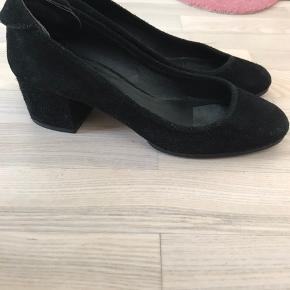 Flotte sko i sort ruskind. De er ikke brugt særlig meget, men et indlæg i højre forfod har givet et mærke på indersålen. De har næsten lige fået nye såler:)