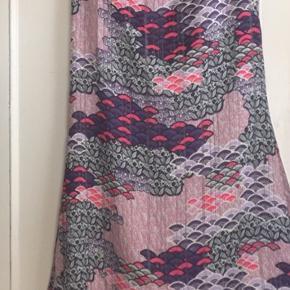 Smuk og meget raffineret nederdel med flere detaljer i ægte silke