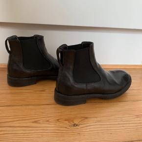 Klassiske sorte kalveskindsstøvler fra Openclosedshoes (OSC) sælges. Har kun været i brug enkelte gange, og fremstår næsten som nye. Nypris var 2899,-