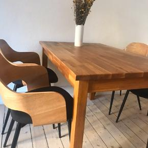 Spisebord i eg i flot stand. Målene er: B:74 L: 119 H: 74