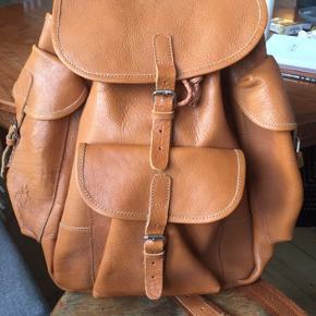 Lækker kernelæder taske! Købt i en butik i Aarhus, kan ikke tyde mærket. Købt for 2300 kroner og er ikke blevet brugt, bare ligget i skabet. Kom med et bud