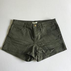 Armygrønne shorts. Str. 40 men er lille i størrelsen :)