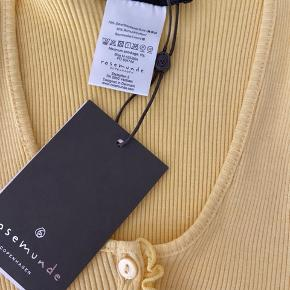 Helt ny rosemunde x Barbara Kristoffersen top i gul, i modellen: Kort Cardigan