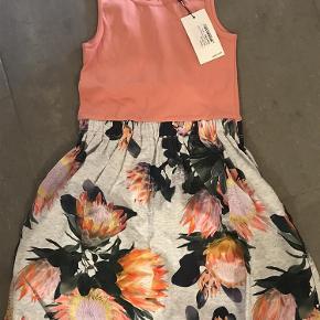 Varetype: Ny kjole Størrelse: 134-140 Farve: Se billede  Ny med mærke  Bytter ikke  Mp 250pp over MobilePay og ellers ts gebyr  Sender med dao