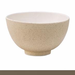 Byd på 6 stk. flotte keramik skåle fra Bloomingville.  Skålene er perfekte som serveringsskåle, og som morgenmadsskål.   MÅL: Højde: 9,5 cm Diameter: 16 cm  MATERIALE  Keramik  FARVE Natur