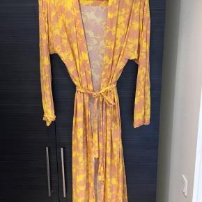 Flot gul kimono med koral mønster fra Moves. Der hører bindebånd med. Pæn stand.