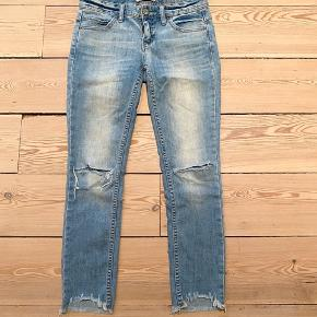 Free People low rise slim crop jean. size 25. Vintage blue