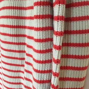 Den hvid med rød striber, som kan være med til at pifte et basic outfit op. Den ville også passe perfekt til en fransk baret hat👏🏽