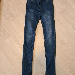 Lækre jeans/cowboybukser str. 164. Kun brugt enkelt gang. Derfor som nye.