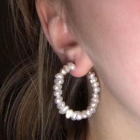 Håndlavet øreringe Materiale: messing og naturlige ferskvandsperler. Perlerne er helt naturlige og derfor kan de variere i form  Kan sendes med Postnord som brev til 10kr på eget ansvar