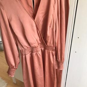 Smuk laksefarvet kjole. Stadig med mærke. Ny pris 599 kr