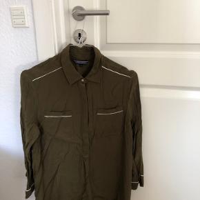 Fed skjorte-bluse fra Tommy Hilfiger. Aldrig brugt, kun prøvet på