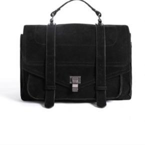"""Noella kylee crossover taske.   Smart taske i et lækkert ruskinds-look. Crossover tasken fungerer perfekt som  eksempelvis skoletaske, da der er plads til 13""""  bærbar. Til tasken medfølger en crossbody rem, som er aftagelig, hvilket er ganske praktisk. Indeni er tasken praktisk designet med flere forskellige rum, heriblandt rum med lynlås. En super taske i elegant design  Np: 599kr Mp: 300kr"""