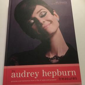 200 sides bog om Audrey Hepburn. Helt perfekt stand. Spændende bog med hendes personlige breve og lign.