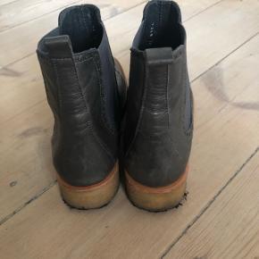 Angulus støvle med rågummi sål. Brugt meget få gange. Ingen pletter og elastikken er stram.