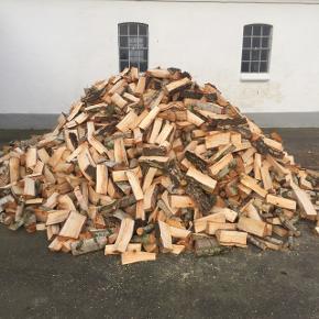 Nyfældet birkebrænde, savet og kløvet i 30cm stykker, sælges pr kasserummeter for