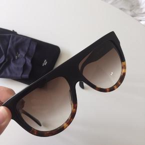 Celine Shadow Aviator solbriller   Solbrillerne er næsten ikke brugt og i flot stand.   De er købt i Illum på strøget og pudseklud samt etui medfølger.