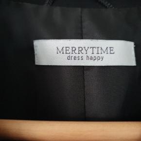 Lækker sort blazer/habitjakke fra Merrytime. Str 44. Model med figur sygninger. Brugt max 3 gange. Sælges for 150kr.  Afhentes i Nørresundby eller sendes med DAO.