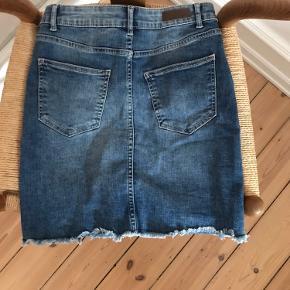 Tætsiddende denim nederdel med slidt kant