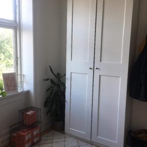 Sælger dette fine garderobeskab fra IKEA grundet flytning Det er kun brugt et par mdr. Og står derfor som ny.  Køber skal selv komme og skille skabet ad.  IKEA pax