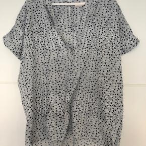 Smuk bluse/tunika med print. Er kortere fortil end bagtil. Har fin dyb udskæring.
