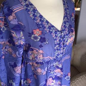 Super smuk tunika i smukke farver fra H&M i Silke og bomuld.  Længde: 70 cm Bryst: 98 cm Ærme: 47 cm