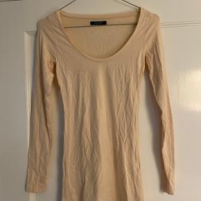 Aldrig brugte trøjer fra Samsøe Samsøe. Fejler i intet andet end at de er krøllede :-)  To i den blå farve med lange ærmer. (Str. Small/medium) En i den lyse sand farve med lange ærmer (str. Small/Small) En sort t-shirt (str. xsmall/Small)  Alle med stretch, så rimelig ens i størrelse/fit