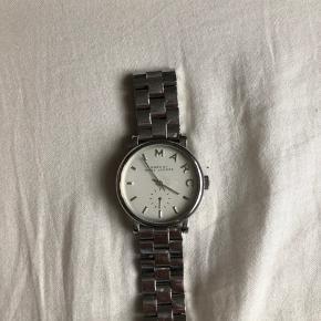 Lækkert Marc Jacobs ur - næsten ikke brugt. Har dog et mærke på spejlet.  Mp 400kr