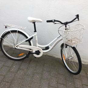 Fin cykel der passer 7-10 år 😊 med cykellås 3 gear og cykelkurv.  Hjul 24 tommer 🚲  Virker som den skal 👌🏻  Står i esbjerg centrum