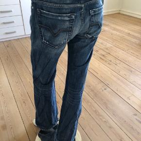 Diesel jeans i rå look. Brugte lidt men fejler absolut intet.  Str 28. Denim uden stræk.  Byttes ikke.