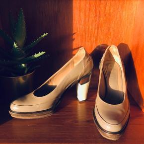 Klassisk MARNI chunky pump sko.  str.: 39   vurderet til np: 4800,-  * 100% ægte og købt i vintagebutik. * Størrelsen passer til en 38-39. * 10 cm høj, velformet og behagelig sko. * Fremstillet i blødt, beigelakeret kalvelæder. * Brugsspor fremgår af billederne.  Jeg handler med Tradono og sender derfor med DAO, så vi begge er forsikrede - grundet den høje værdi i din pakke. Spørgsmål og bud er velkomne!  Sælger ud af mine flotte sko, da jeg er kvinde og ejer for mange sko (hvis du spørger min kæreste).😅