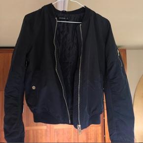 Lækker marine mørkeblå bomber jakke, perfekt til sommeren!