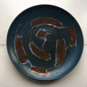 Smuk keramik tallerken, perfekt som serveringsfad.  Mål: 🔹 H: 3 cm 🔹 Ø: 25 cm  Det er pt. på Amager (tæt ved Lergravsparken st), men kan efter aftale afhentes i Nordvest.
