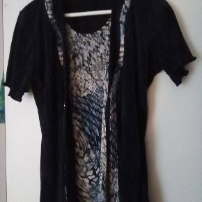 Retro trøje købt i en genbrug - standen er som ny :-) Plisseret stof i hvid/blå print og mørkeblå