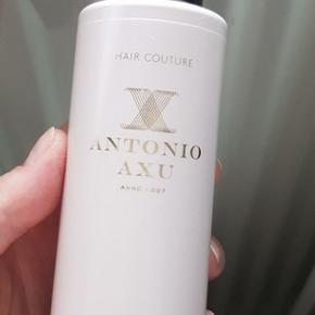 Antonio Axu Heat Protection Spray 150 ml., aldrig brugt!  En varmebeskyttende spray, der er udviklet til at beskytte mod skader fra høje temperaturer, så du kan bruge dine styling-remedier uden at skulle bekymre dig om varmeskader.  Den usynlige spray bidrager med en vægtløs varmebarriere, der beskytter dit hår uden at tynge det. Tæt pakket med blødgørende silkeaminosyrer og plejende acai-ekstrakt, efterlader den styrkende formel dit hår blødt, glat og beskyttet.  Aldrig brugt - sælges til 80 kr., afhentes på Frb., eller sendes for 35 kr. med DAO :-)
