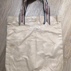 Supersmuk taske fraHeartmade i sandfarvet skind med applikerede læderblomster, trykknaplukning og foer. Tasken måler 32 x 34. Den er næsten ikke brugt, men har et par små fejl i læderet på bagsiden (se billede), som dig ikke ses. Men jeg gør alligevel opmærksom på det! Så, så fin🌸😀