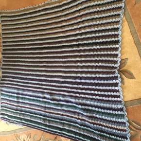 Hjemme hæklet tæppe......  aldrig brugt  Farverne blå,lilla,grøn  Mål B 150cm L 134cm