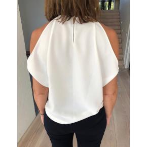 Zara top i hvid med fine ærme detaljer    Størrelse: S   Pris: 100 kr   Fragt: 39 kr ( 37 kr ved TS handel )