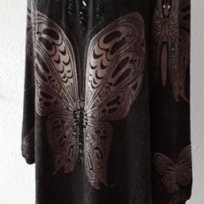 Summer Bird Tunic   fra MAPP Jeans. Tunika eller en kjole    Brugt 2 gange. Størrelse M//L , en rummelig størrelse .  Materiale - 78,5 % acryl , 19% nylon og 2,5 % spandex elastan  Små pynte sort glassten foran Længde 86 cm Brystmål 108 cm  Er som som ny