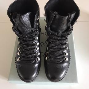 Lækre støvler i modellen Agda. Kun brugt et par gange så fremstår som nye. Bytter ikke