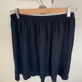 Fin nederdel med shine sælges. Sælger også denne i sort :)