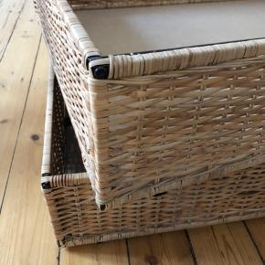 """RESERVERET  To fletkasser, som kan bruges som bedrollers til opbevaring under sengen.  Måler 91x67x20 cm Bemærk at det ene, hvide plastik """"ben"""" mangler.   Pris for begge 100 kr.  Afhentes på Frederiksberg"""