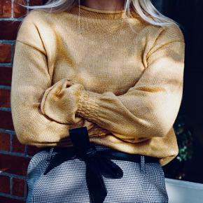 Sælger denne gule striktrøje fra Gina Tricot. Str M men passer også en S. Brugt ganske få gange. Byd :-) Sender for købers regning.