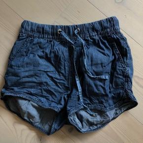 Sælger disse fede shorts fra Vero Moda. Skriv endelig hvis du har spørgsmål;) PRISEN ER TIL FORHANDLING🥰